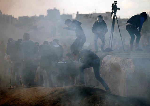 Ejército israelí tira gas lacrimógeno durante las protestas en Palestina