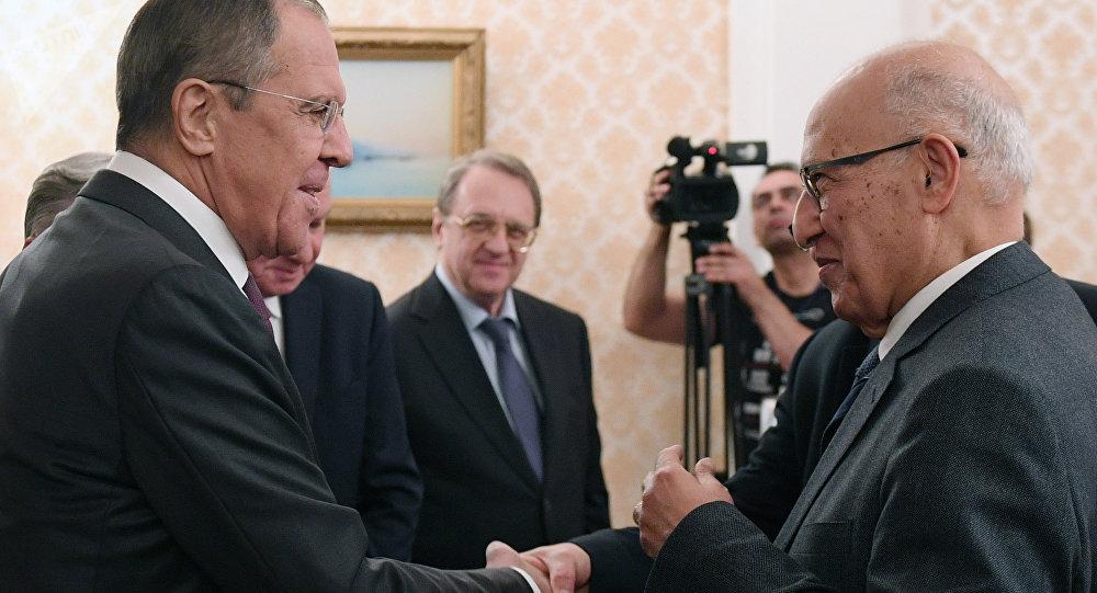 El ministro de Exteriores de Rusia, Serguéi Lavrov y el asesor presidencial palestino, Nabil Shaath