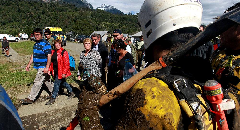 La presidenta de Chile, Michelle Bachelet, visita la Villa Santa Lucía afectoda por alud