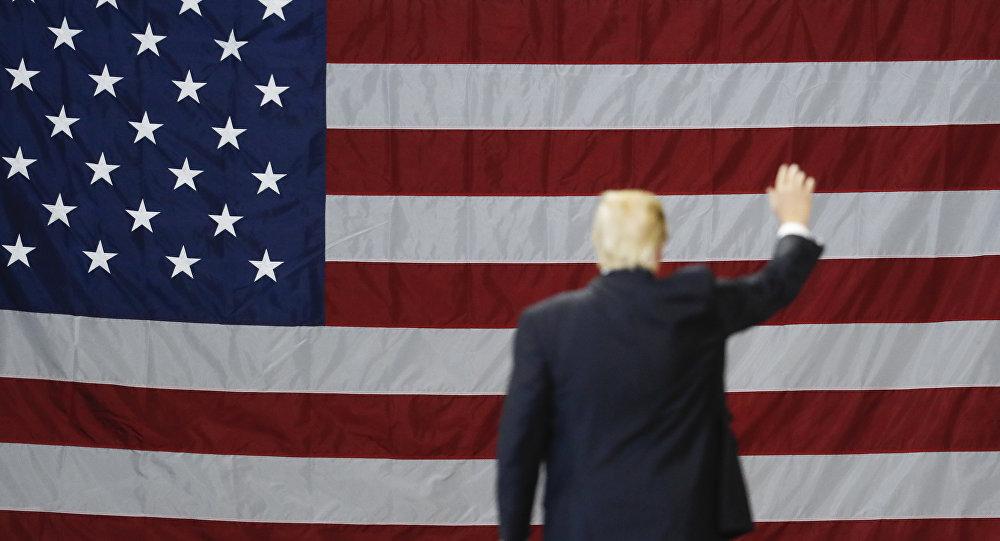 El presidente de EEUU, Donald Trump, con la bandera del país al fondo (archivo)
