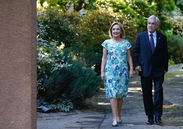 El presidente electo de Chile, Sebastián Piñera, junto a su mujer Cecilia Morel