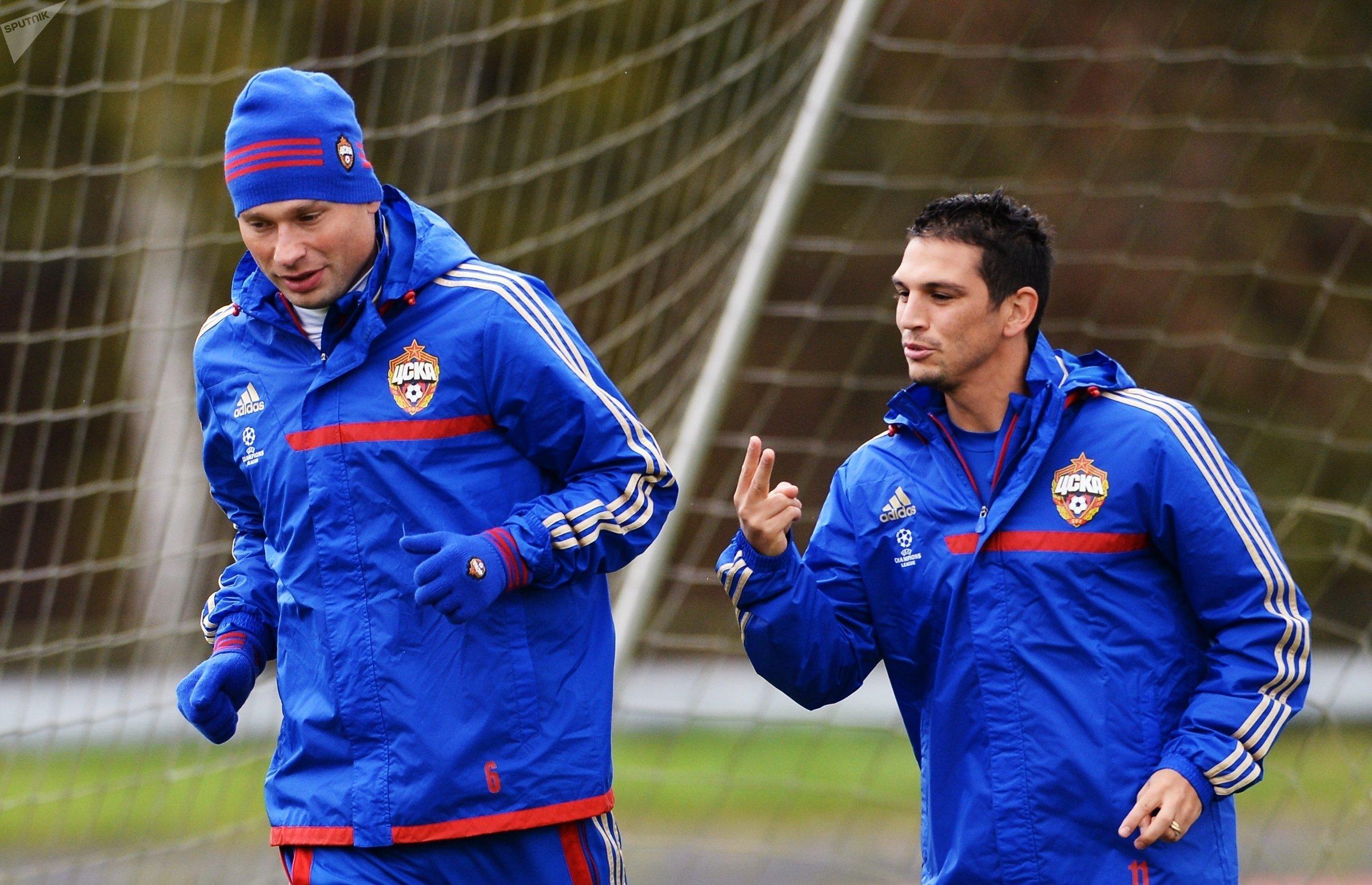 Los jugadores del PFC CSKA Aleksei Berezutsky y Mark González