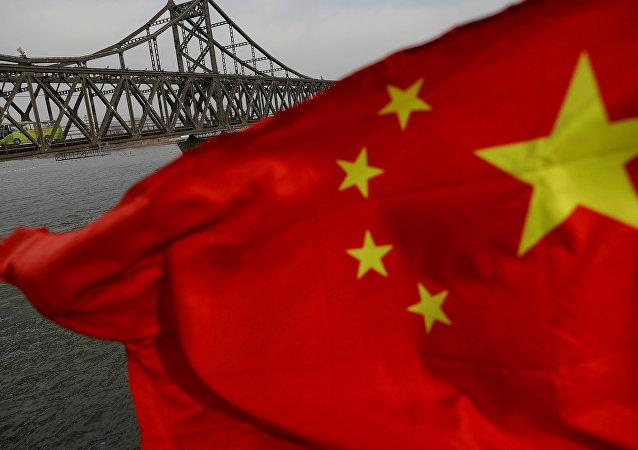 La bandera de China frente al Puente de la Amistas Sinocoreana (archivo)
