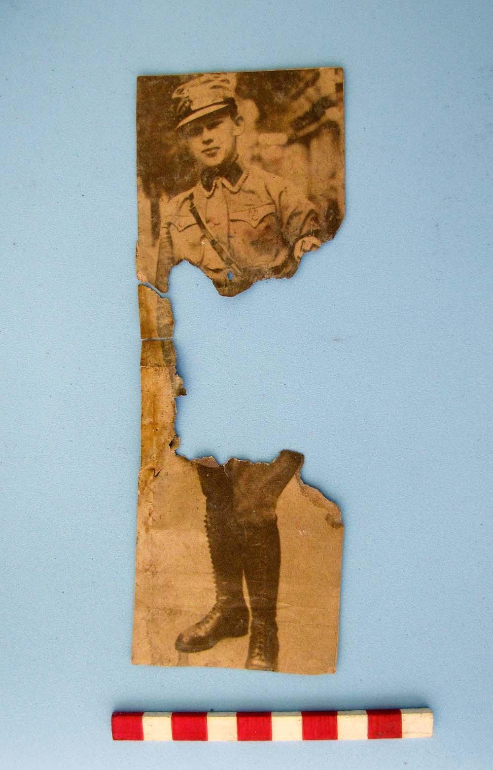 Un recorte de diario con una persona en uniforme fascista encontrado en las ruinas de Teyú Cuaré, el supuesto refugio nazis en Misiones, Argentinas