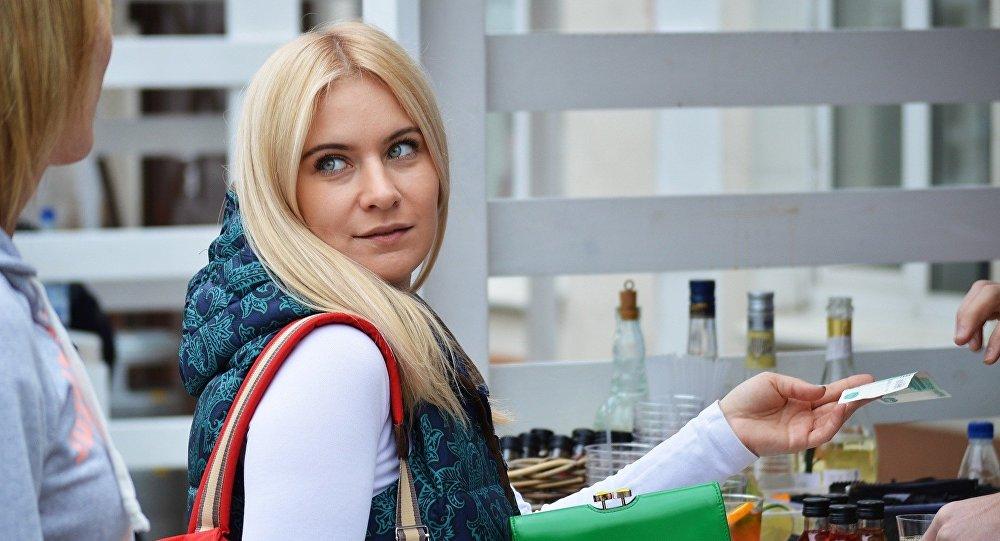Mujer de compras (imagen referencial)
