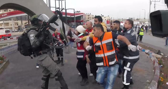 Vídeo: soldados israelíes impiden por la fuerza que los médicos traten a un palestino