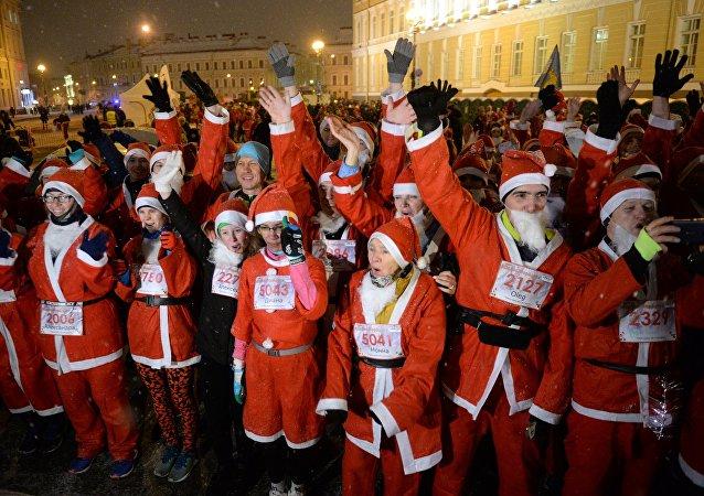 La tradicional carrera de Papá Noel en San Petersburgo