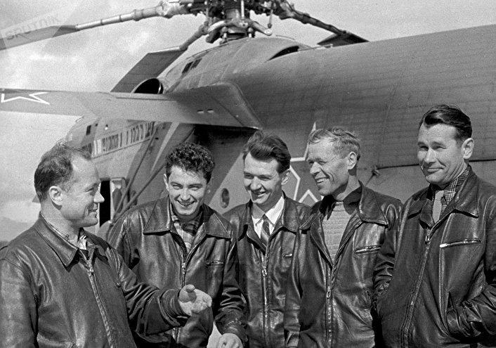 El piloto Vasili Koloshenko (el primero a la izquierda)