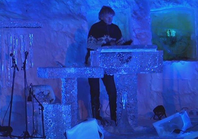 Un músico noruego toca instrumentos de hielo