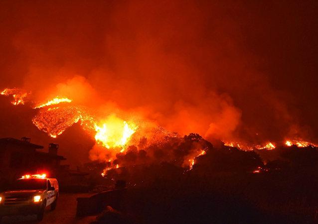 El llamado Thomas Fire, el incendio más grande en la historia del estado de California (suroeste)