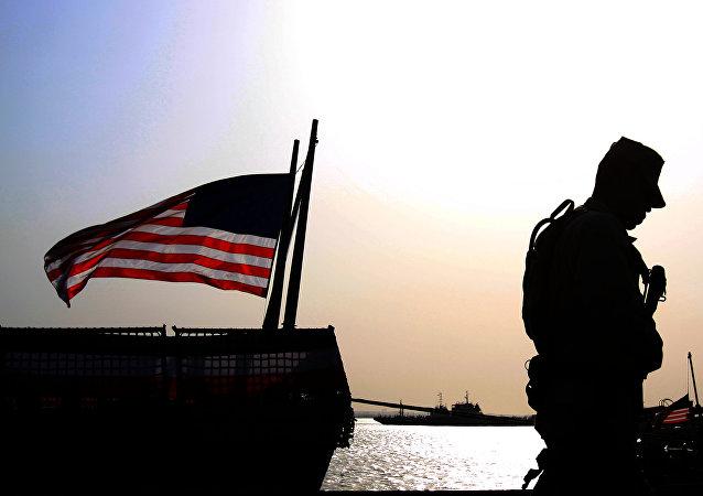 Un soldado de EEUU junto a la bandera estadounidense (archivo)