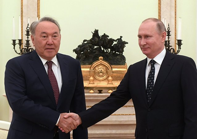 El presidente de Kazajistán, Nursultán Nazarbáev con su homólogo ruso, Vladímir Putin