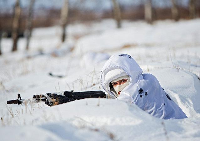 Soldado ruso en camuflaje invernal