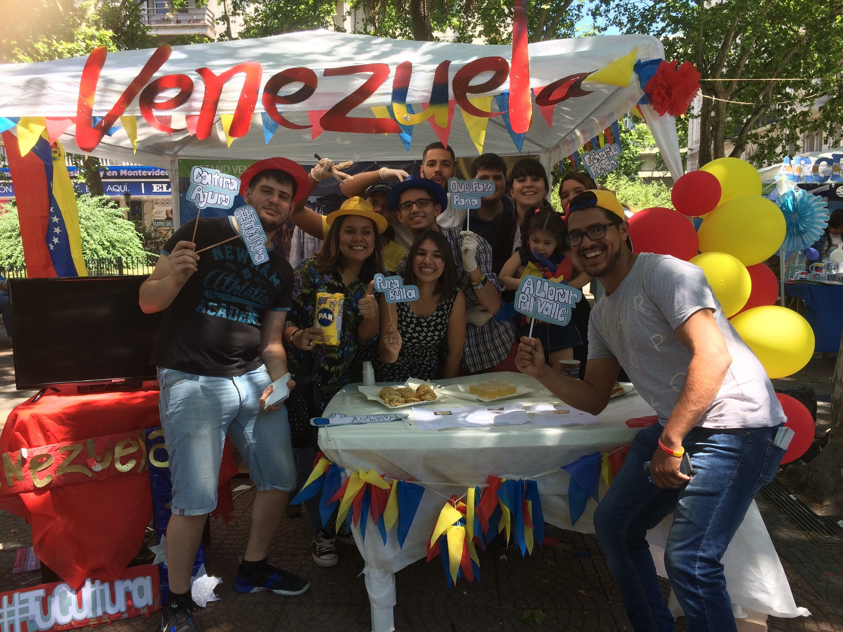 Stand de Venezuela en la Jornada de integración cultural de Uruguay