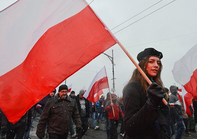 Una participante de la Marcha de la Independencia en Varsovia en 2016