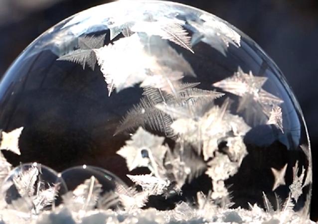 Las 'bolas de hielo' navideñas: ¡así se congela una burbuja de jabón!