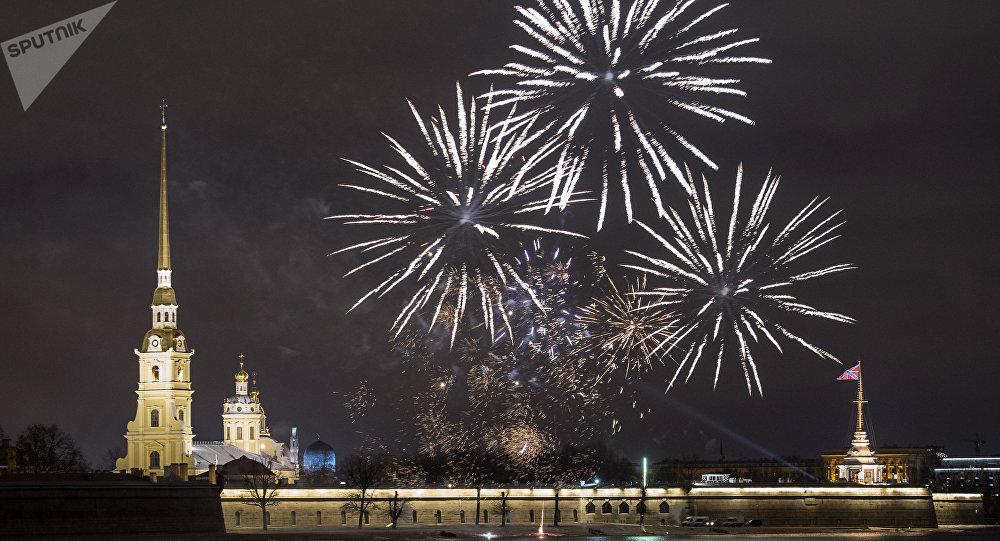 Fuegos arteficiales en San Petersburgo durante la celebración del Año Nuevo