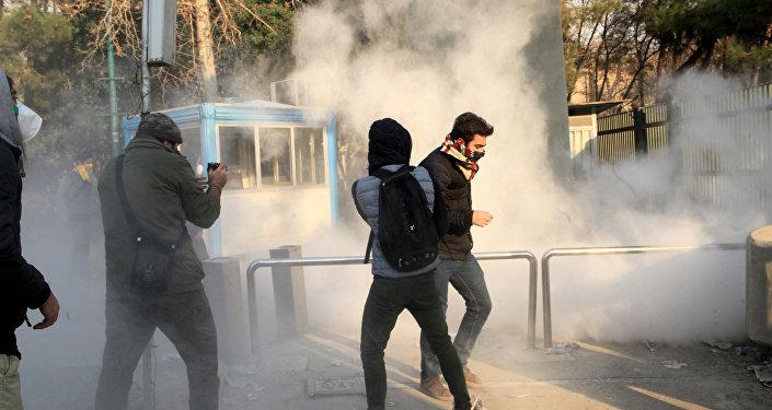 Estudiantes participan de las protestas en Irán