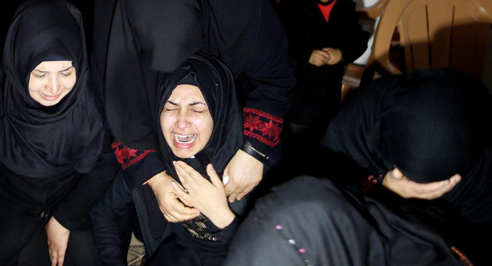Familiares del activista palestino Ibrahim Abu Thuraya abatido por las tropas israelíes