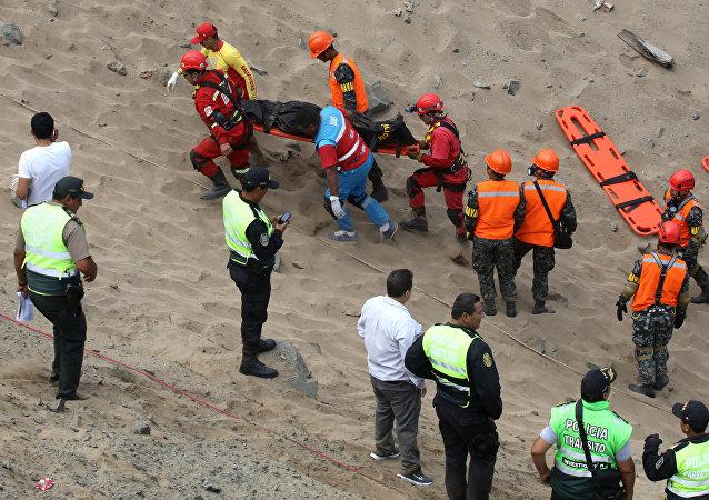 Los socorristas, en el lugar del accidente de un autobús en Perú