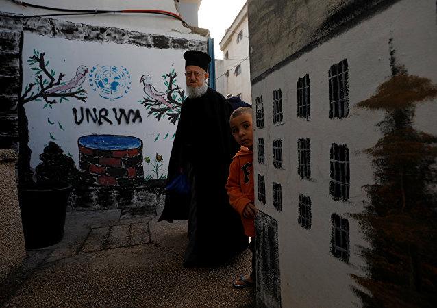 Logo de UNRWA en un campo de refugiados palestinos