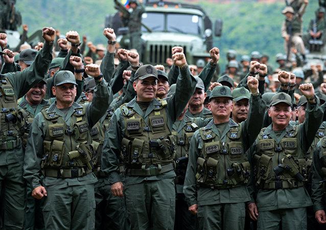 Vladímir Padrino López, ministro de Defensa de Venezuela (centro)