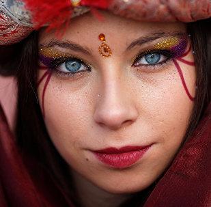 Una joven vestida de paje de los Reyes Magos en la ciudad española de Ronda