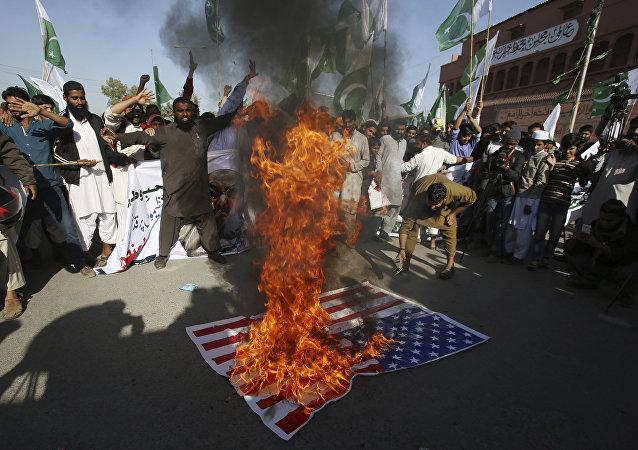 Manifestantes queman la bandera de EEUU en señal de protesta por el tuit de Donald Trump en el que acusó a los paquistaníes de ser mentirosos y estafadores, Karachi (Pakistán), el 2 de enero de 2018