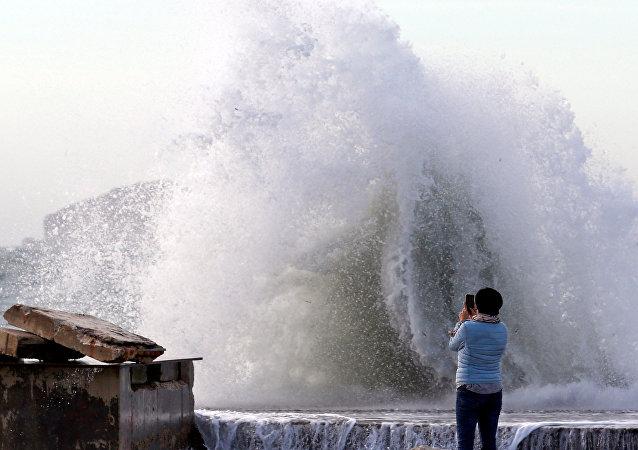 La olas de la tormenta Eleanor en Marsella, Francia