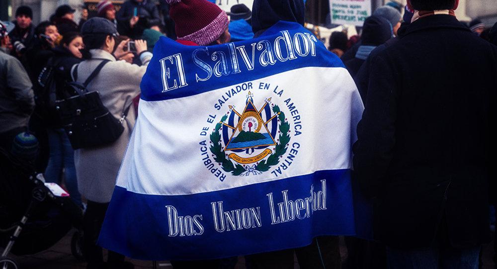 Bandera de El Salvador (archivo)