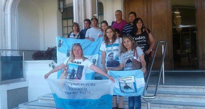 Familiares de tripulantes de submarino ARA San Juan en la base de Puerto Belgrano