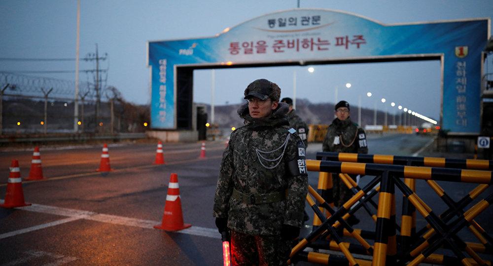 Militares surcoreanos en la frontera con Corea de Norte, cerca de la aldea de la tregua de Panmunjom