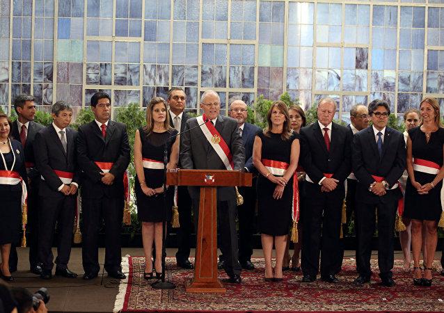 El presidente de Perú, Pedro Pablo Kuczynski, junto a sus nuevos ministros