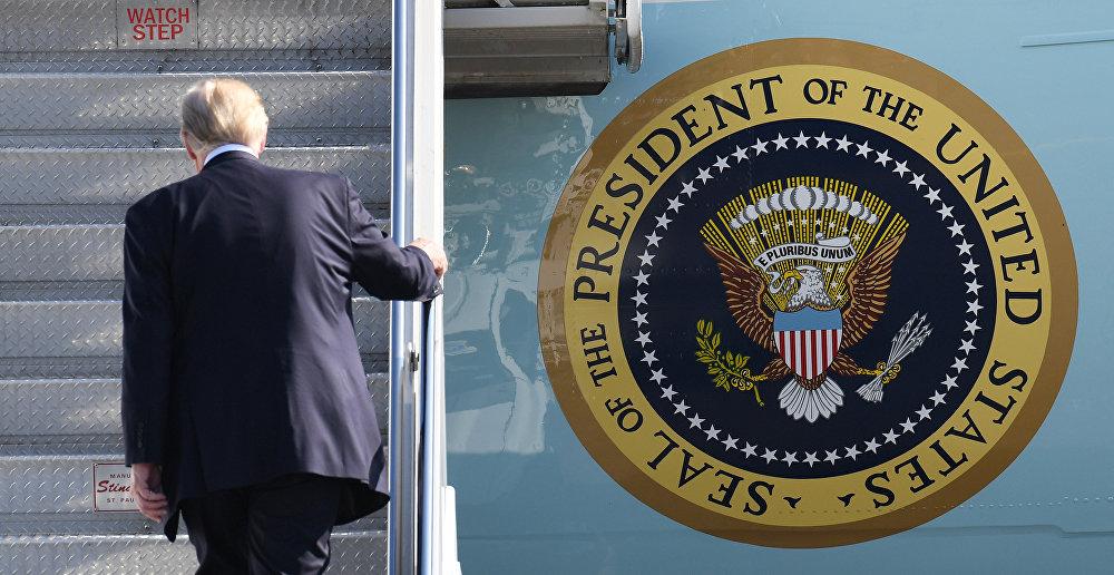 Donald Trump, presidente de EEUU, embarca en el avión Air Force One
