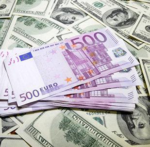 Los billetes de dólares y euros
