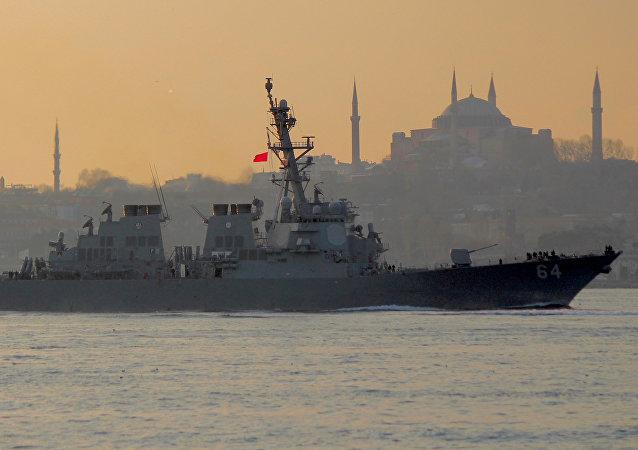 El destructor USS Carney de la Armada estadounidense en el estrecho de Bósforo, Turquía, rumbo al mar Negro el 5 de enero de 2018