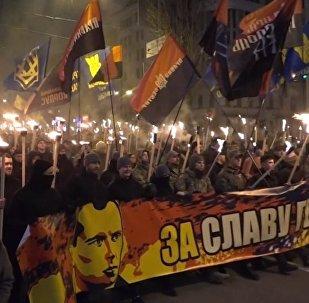 Centenares de ucranianos celebran el aniversario de líder nacionalista