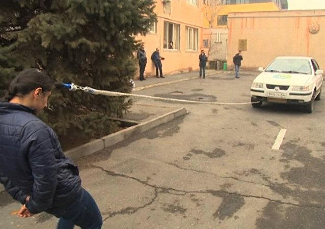 Una deportista armenia de 16 años demostró su inusual habilidad de arrastrar un vehículo utilizando solo su cabello