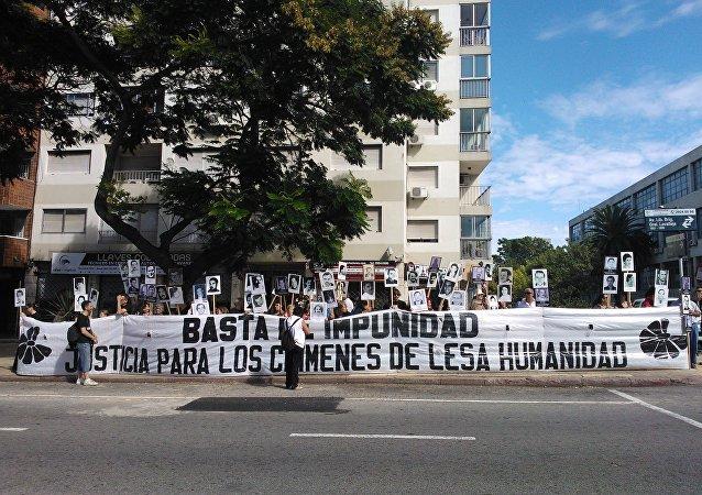 Un grupo de madres y familiares de desaparecidos uruguayos reclama en una manifestación en Montevideo.