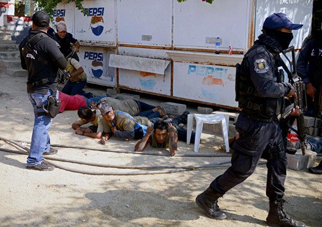 Policía de México en la comunidad de La Concepción