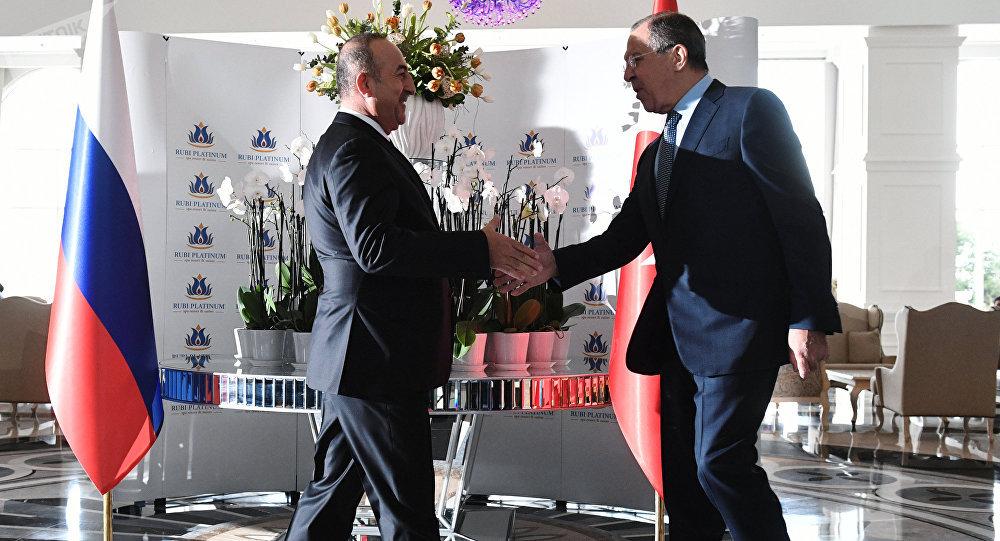Ministro de Exteriores de Turquía, Mevlut Cavusoglu, y ministro de Exteriores ruso, Serguéi Lavrov (archivo)