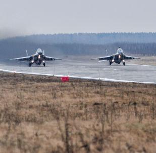 Los pilotos de combate del Distrito Militar Oeste en la cabina del caza polivalente Su-30SM, en el polígono de Pogonovo.