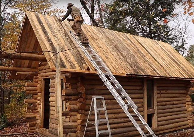 Shawn James construyéndose una cabaña de troncos