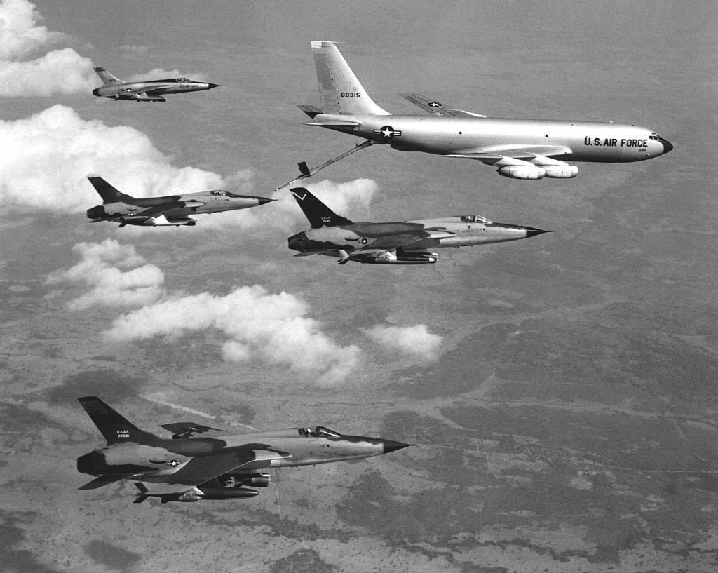 Reabastecimiento en el aire de los aviones estadounidenses F-105 Thunderchief, 1965