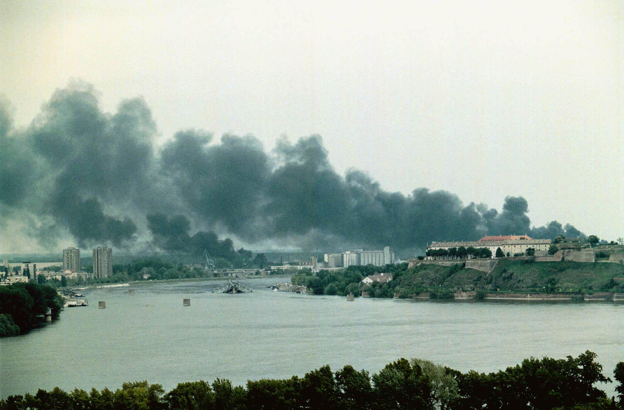 Las consecuencias del bombardeo de la OTAN sobre Novi Sad, a unos 70 kilómetros de Belgrado, en 1999