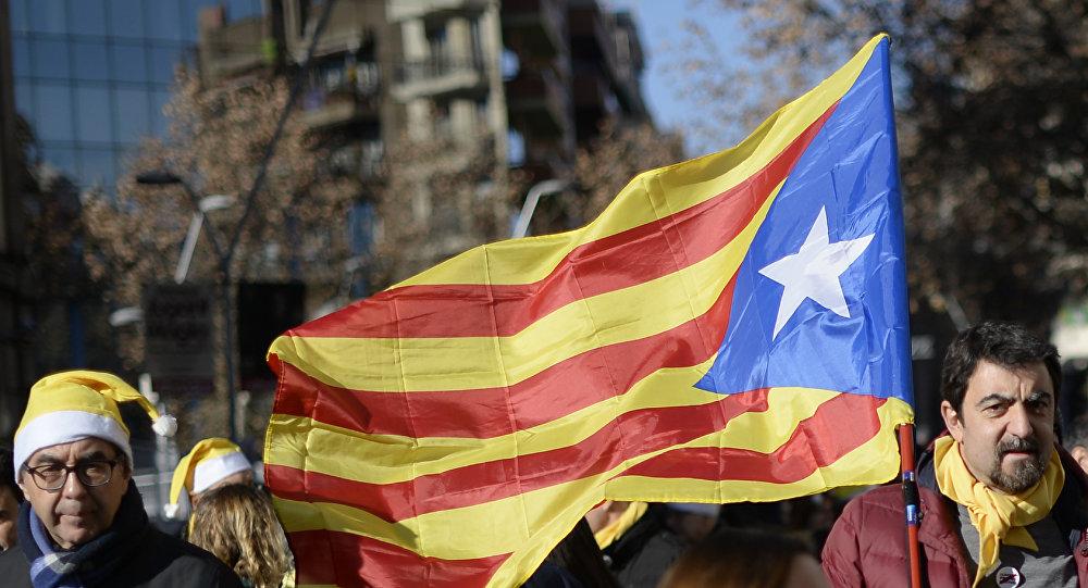 Un hombre con la bandera de Cataluña