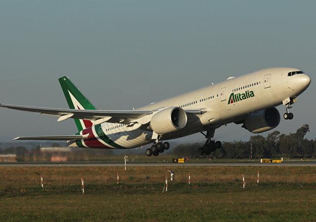 El avión EI-DBL de Alitalia, bautizado Sestriere, que lleva al papa Francisco a Chile desde Roma