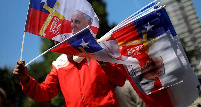 Banderas de Chile con la imagen del Papa Francisco (archivo)