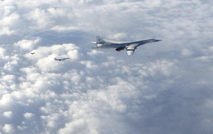 Los bombarderos de largo alcance Tu-160 son seguidos por un avión RAF Typhoon