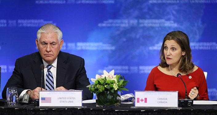 La ministra de Relaciones Exteriores de Canadá, Chrystia Freeland y el Secretario de Estado de EEUU, Rex Tillerson durante la reunión en Vancouver